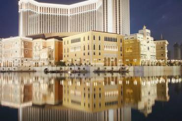 40 étages, 3 000 suites, 51 000 m2 de casino et une salle de spectacles de 15 000 places sont concernés par le projet de rénovation de l'éclairage mené par Rexel South East Asia, qui a permis, en passant aux LED, de réaliser des économies déjà proches d'un million d'euros par an.